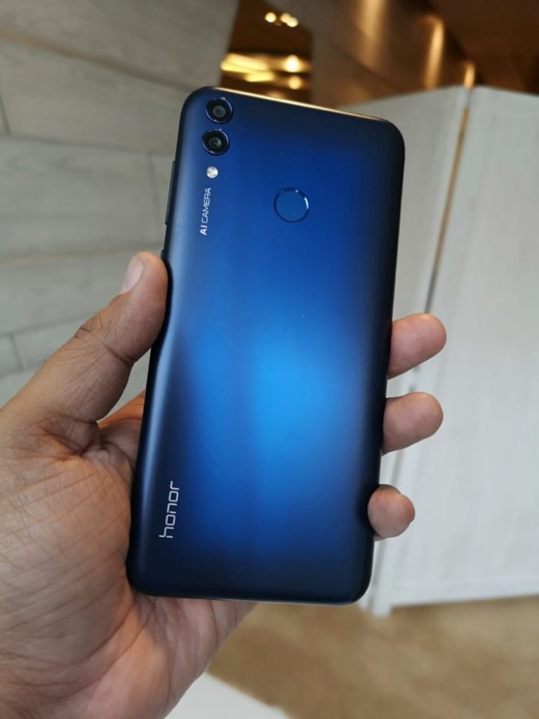 Huawei Honor 8C Hands-On - Aurora Blue