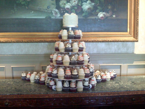 Wonderful Ways to Use Cupcakes for a Tennessee Wedding   The Pink Bride Give cupcakes to attendees of your bridal shower