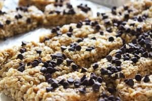Easy homemade chocolate chip granola bars recipe - Even the picky eaters will love this one! It is a great snack for adults and kids!
