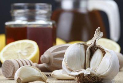 Cum se elimină coșurile cu usturoi?