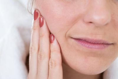 Cum se tratează arsurile gurii provocate de inflamații și infecții orale?