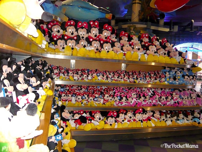 peluche Topolino e Minne nel negozio World of Disney