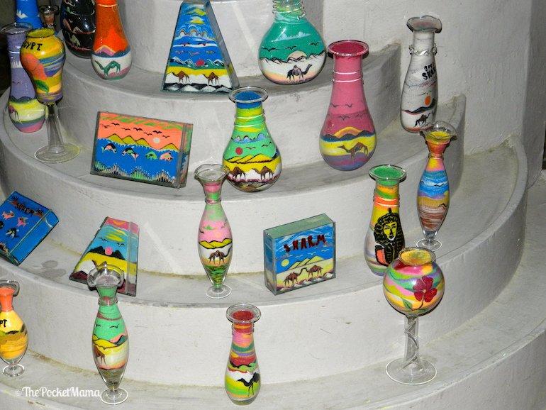 vasetti egiziani con disegni di sabbia