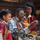 JINGLE JANGLE (2020) Madalen Mills as Journey, Forest Whitaker as Jeronicus and Anika Noni Rose as Jessica. Cr. Gareth Gatrell/NETFLIX ©2020