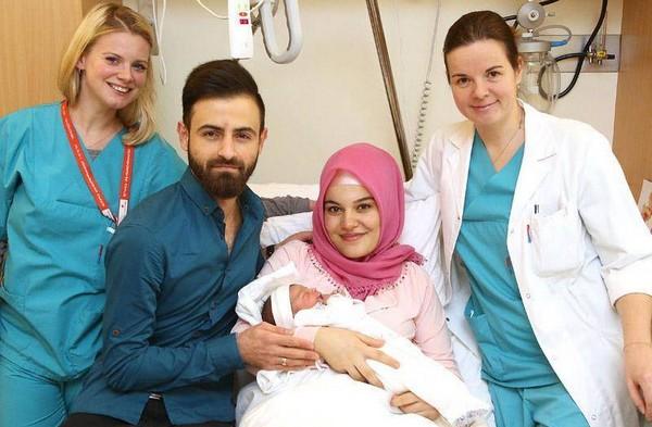 Asel Tamga entourée de ses parents et du personnel hospitalier - ThePrairie.fr !