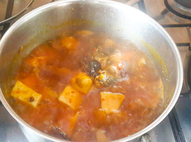 Yam porridge-Yam pottage in a pot