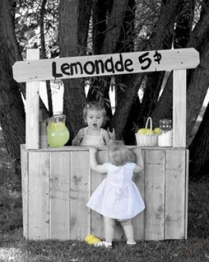 Lemonade stand, photo (C) common license //maddycakesmuse.blogspot.ch/2010/04/nostalgic-memories-lemonade-stand-for.html