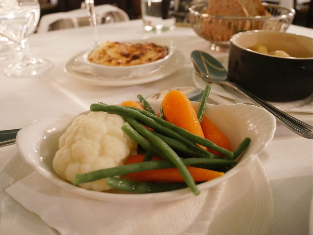 Steamed cauliflower, carrots and green beans