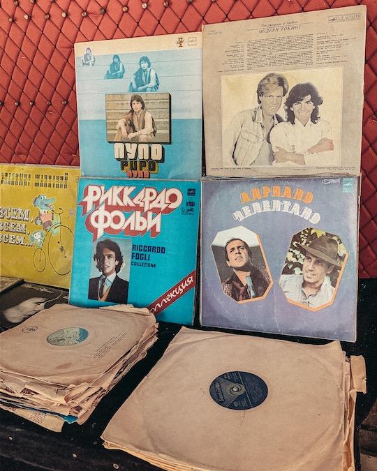 Dry Bridge Flea Market Tbilisi cantanti italiani Pupo, Adriano Celentano, Riccardo Fogli, vinili d'epoca