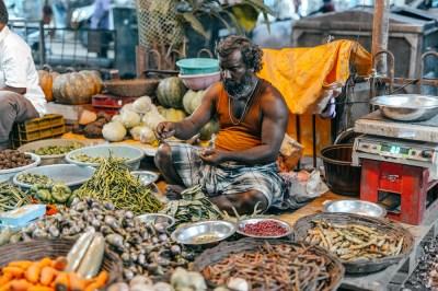 India - Madurai - Ritratto - Banana Market uomo indiano verdure