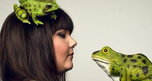 woman with two plastic frogs