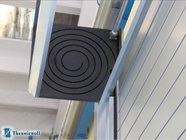 Thermicroll® spiral Puerta ISO 40: detalle del ataque y el perfil de la estructura espiral de la puerta enrollable