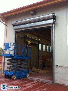 Sujetadores industriales: instaladores durante la instalación de puertas