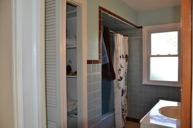 Bathroom before Rustoleum tub and tile paint kit