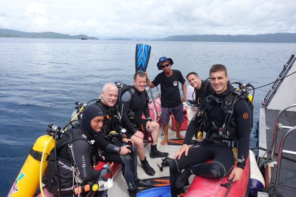 Make money while traveling - divers on a zodiac
