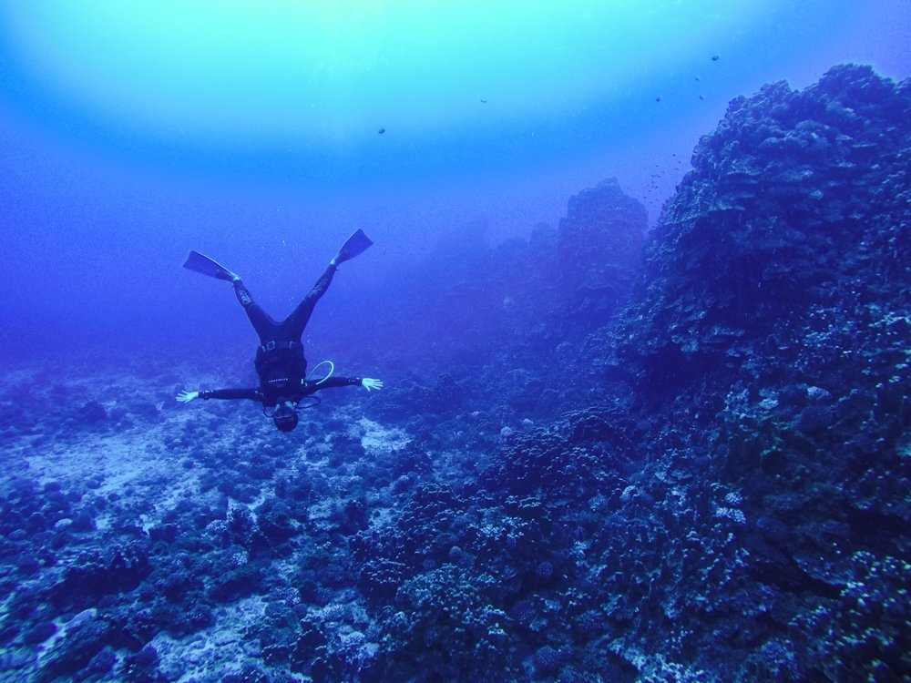 Halef scuba diving on easter island: Hanging upside down in crystal clear water