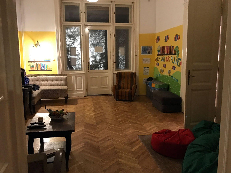 baroque hostel budapest living room