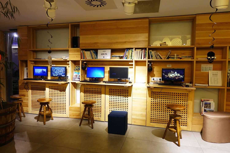budapest maverick lodge hostel computer station