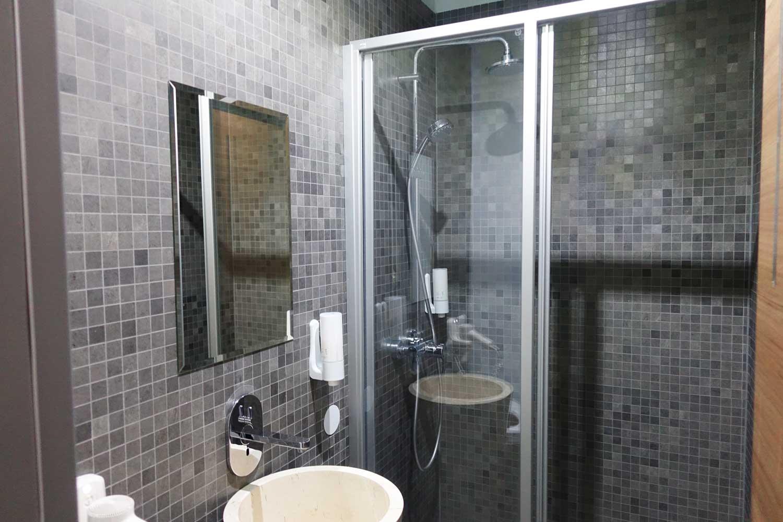 Primeclass Lounge Frankfurt shower