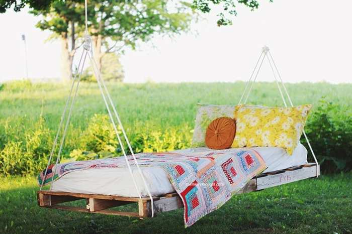 DIY Pallet Swing Bed This DIY pallet swing bed is charming, colorful and inviting. This bed would be a nice spot to take an afternoon nap, read a book or watch the sunrise or sunset. No matter what, it is sure to be something everyone in the family gravitate towards. thesawguy.com