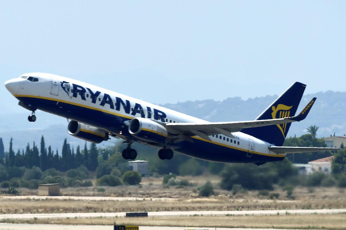 Ryanair flight heading to Edinburgh airport from Barcelona DOUBLES BACK over France after ...