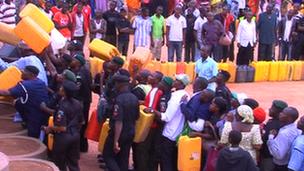 Nigerians queue for petrol