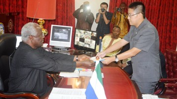 President-Koroma receives ebola donations2