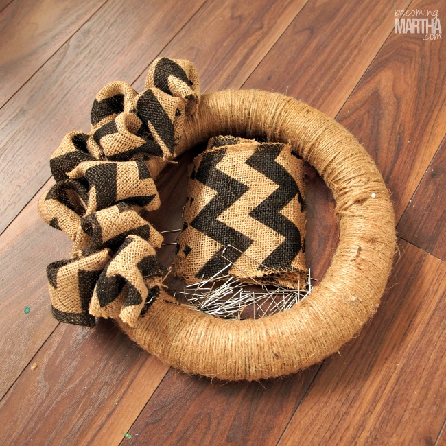 Create this Bubble Burlap Wreath and jazz up your front door for Christmas!