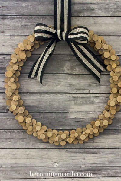 Create this wood slice wreath and impress the neighbours with your fancy new door decor this holiday!