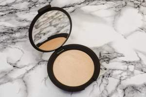 Becca x Jaclyn Hil Champagne Pop Review