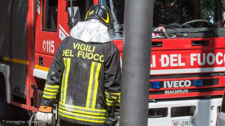Incendio doloso in una palazzina a Modena, 20 persone in ospedale: 2 persone sarebbero gravi