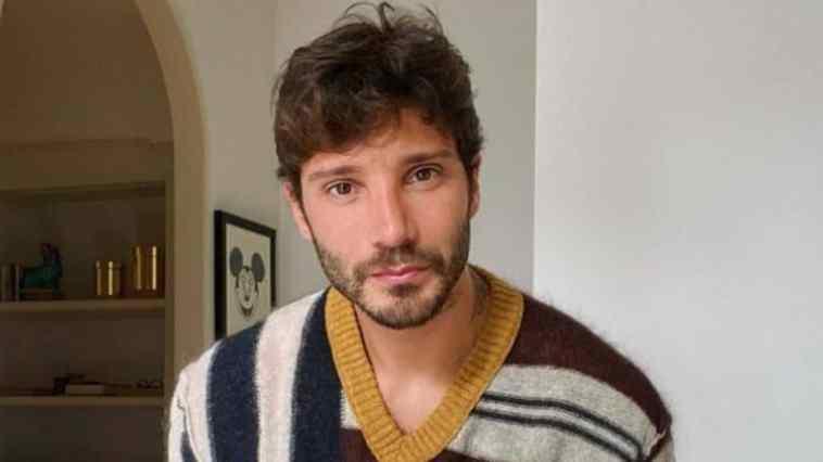 Stefano De Martino: vacanze da single in compagnia della famiglia. Gli scatti con i genitori e Santiago