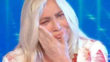 """Mara Venier crolla in lacrime a Domenica In, """"Scusatemi"""". Maurizio Costanzo interviene: """"Falla finita"""""""