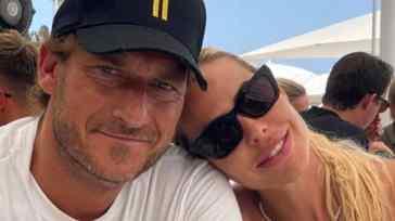 Totti e Ilary Blasi festeggiano l'anniversario di matrimonio: romantica dedica e cena con i figli a Roma