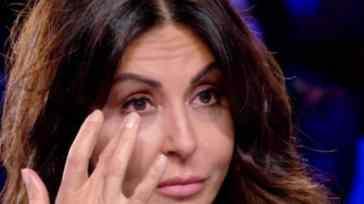 """Sabrina Ferilli e le lacrime spese per la sua intima battaglia: """"Ti arriva tanto dolore da fuori"""""""