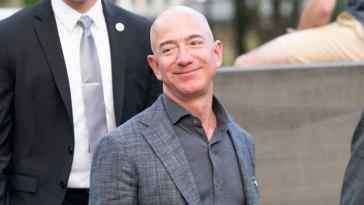 Jeff Bezos, le prime immagini del volo in orbita con la New Shepard: il fondatore di Amazon verso lo spazio