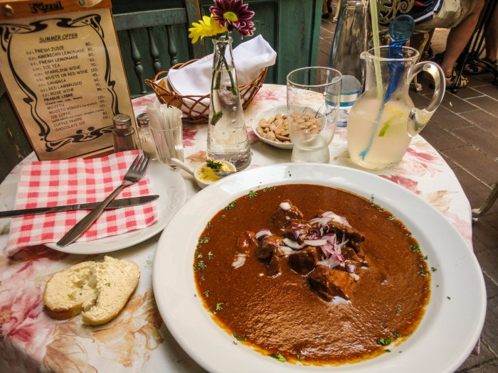 Goulash Praga Prague comer solo eating alone the-solivagant-soul