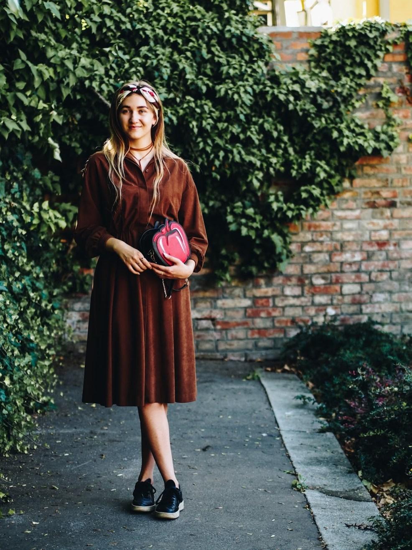 Vintage Kleid modern kombinieren mit Sneakers