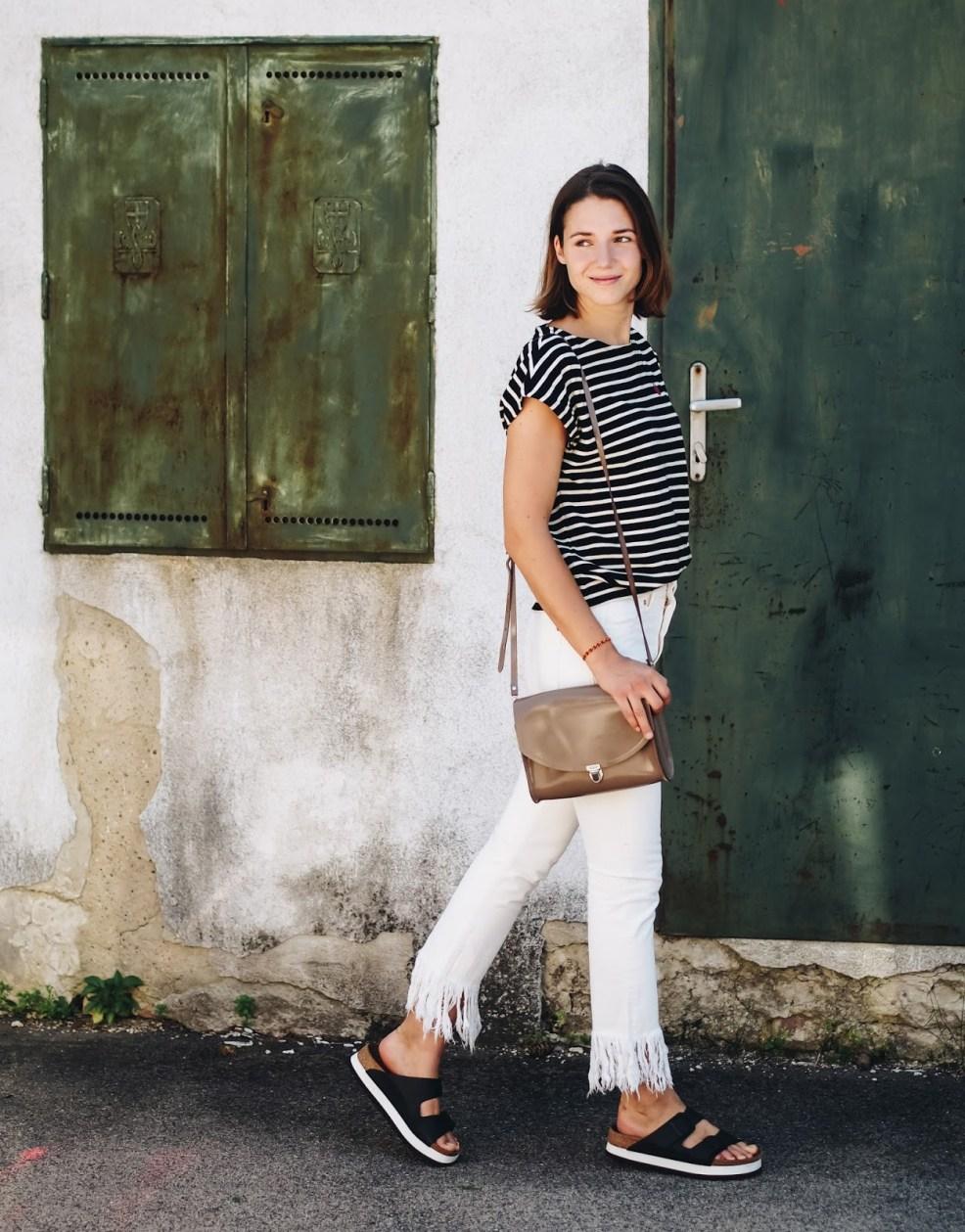 Trend: Fair Fashion Outfit mit Fransenjeans und Streifenshirt