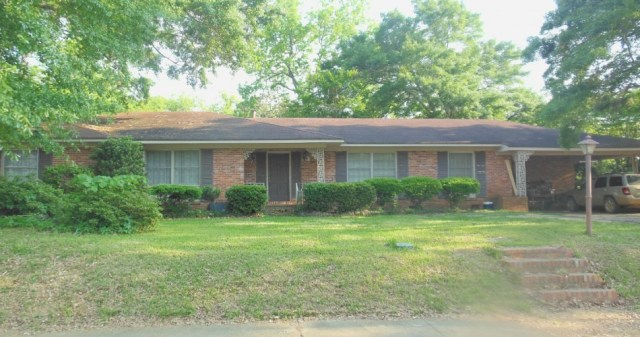 4 bed, 3 ½ bath, spacious home with Florida room and guest house!