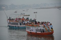 Pilgrims packed on to boats. You can also rent a small private one!