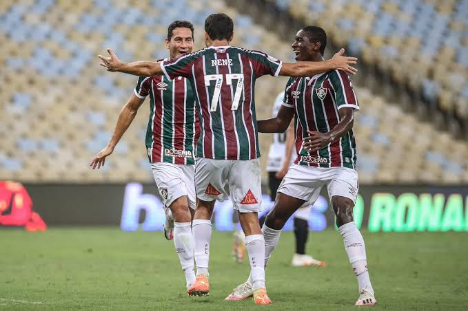Frenzy Fans: Cops escort Corinthians players to team bus away from angry supporters after Fluminense loss - THE SPORTS ROOM