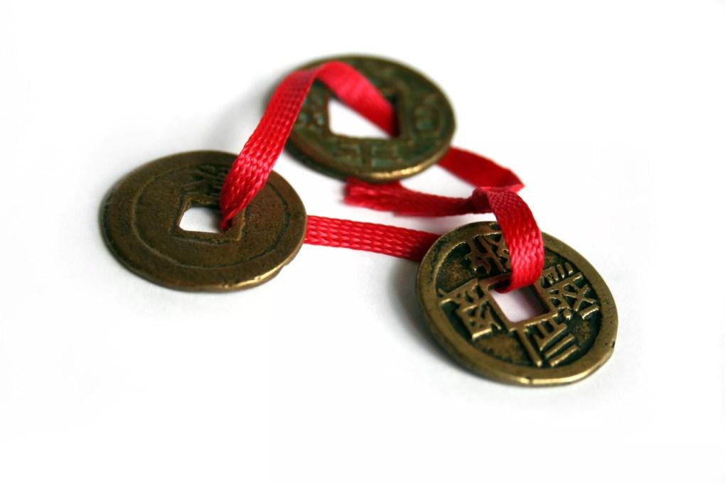 tiền xu trung quốc với sợi chỉ đỏ phong thủy