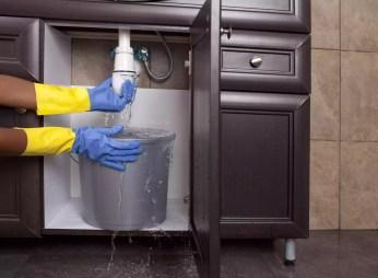 Rò rỉ nước gây ngập trong phòng tắm