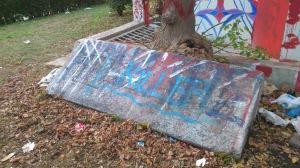 βανδαλισμένες ταφόπλακες, 100 μέτρα από το μνημείο στο ΑΠΘ/φωτο: μαγιόρ ρισόν