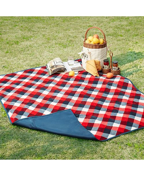 Perfect for picnics and camping trips, this Hampton blanket from Madison Park helps you enjoy your time outdoors with its plush tropical-print face and waterproof reverse.