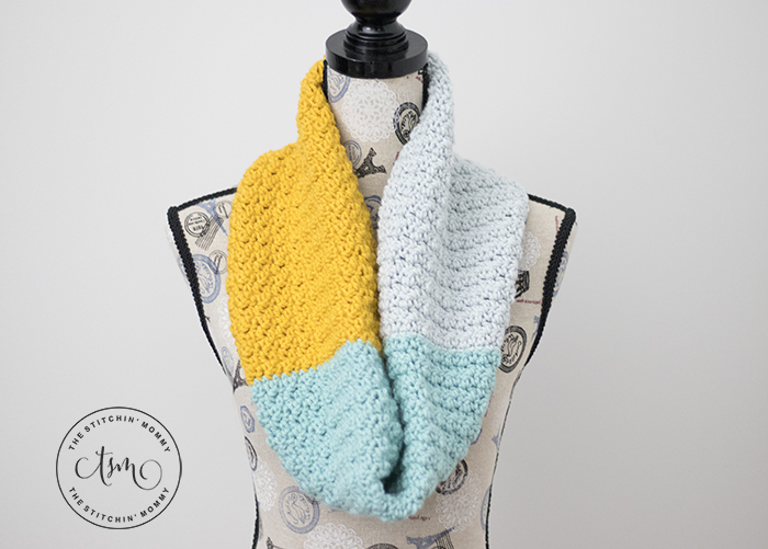 Simple Color Block Cowl - Free Crochet Pattern | www.thestitchinmommy.com #holidaystashdowncal2018 #holidaystashdowncal #loveknitting #calcentralcrochet #holidaystashdown
