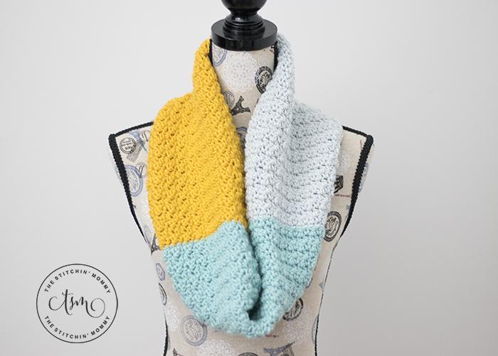 Simple Color Block Cowl - Free Crochet Pattern   www.thestitchinmommy.com #holidaystashdowncal2018 #holidaystashdowncal #loveknitting #calcentralcrochet #holidaystashdown