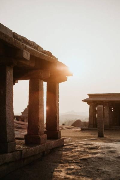 coucher de soleil sur temple en Inde