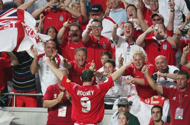 Esultanza di Wayne Rooney dopo aver segnato il momentaneo 1-0 durante Inghilterra - Croazia a Euro 2004, foto: Getty Images